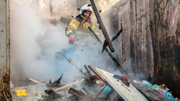 """«Огонь добрался до """"Фиата""""»: на улице Дыбенко сгорели гаражи"""