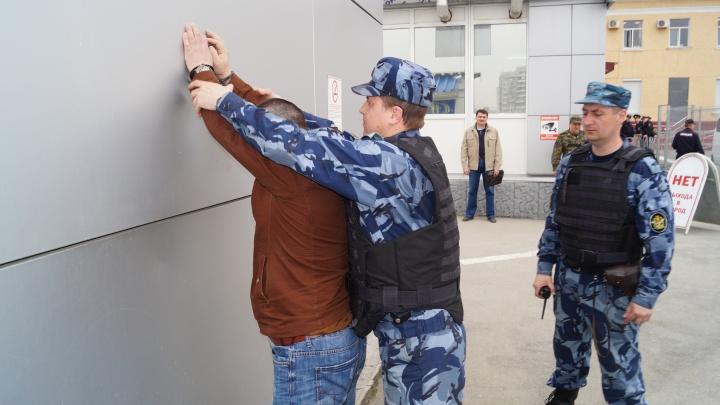 В Екатеринбурге на таджикского грабителя надели наручники, когда он пришёл в миграционную службу