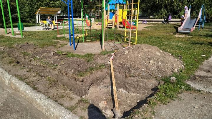 «Мы не можем их остановить»: в Краснообске под новый рынок раскопали детскую площадку