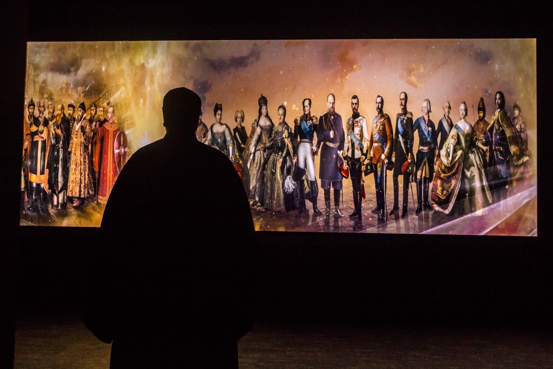 Зал-кинотеатр, в котором транслируют фильмы об истории семьи Романовых