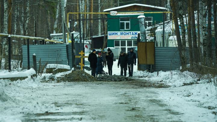 На Широкой Речке деда похоронили на дороге из-за войны ритуальщиков и бизнесмена. Подробности конфликта