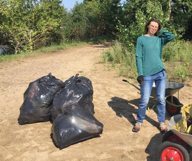 Активисты собрали десять мешков с мусором