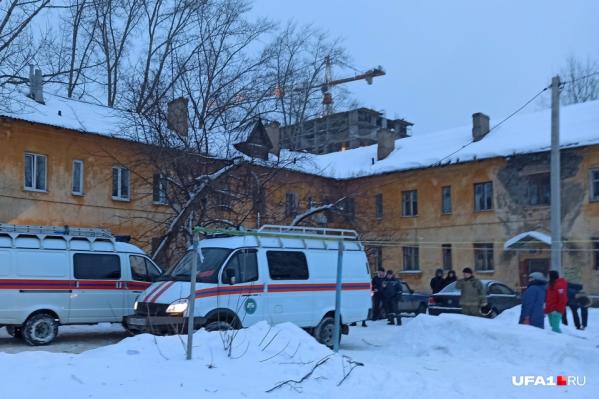 Спасатели помогли людям выбраться из квартир