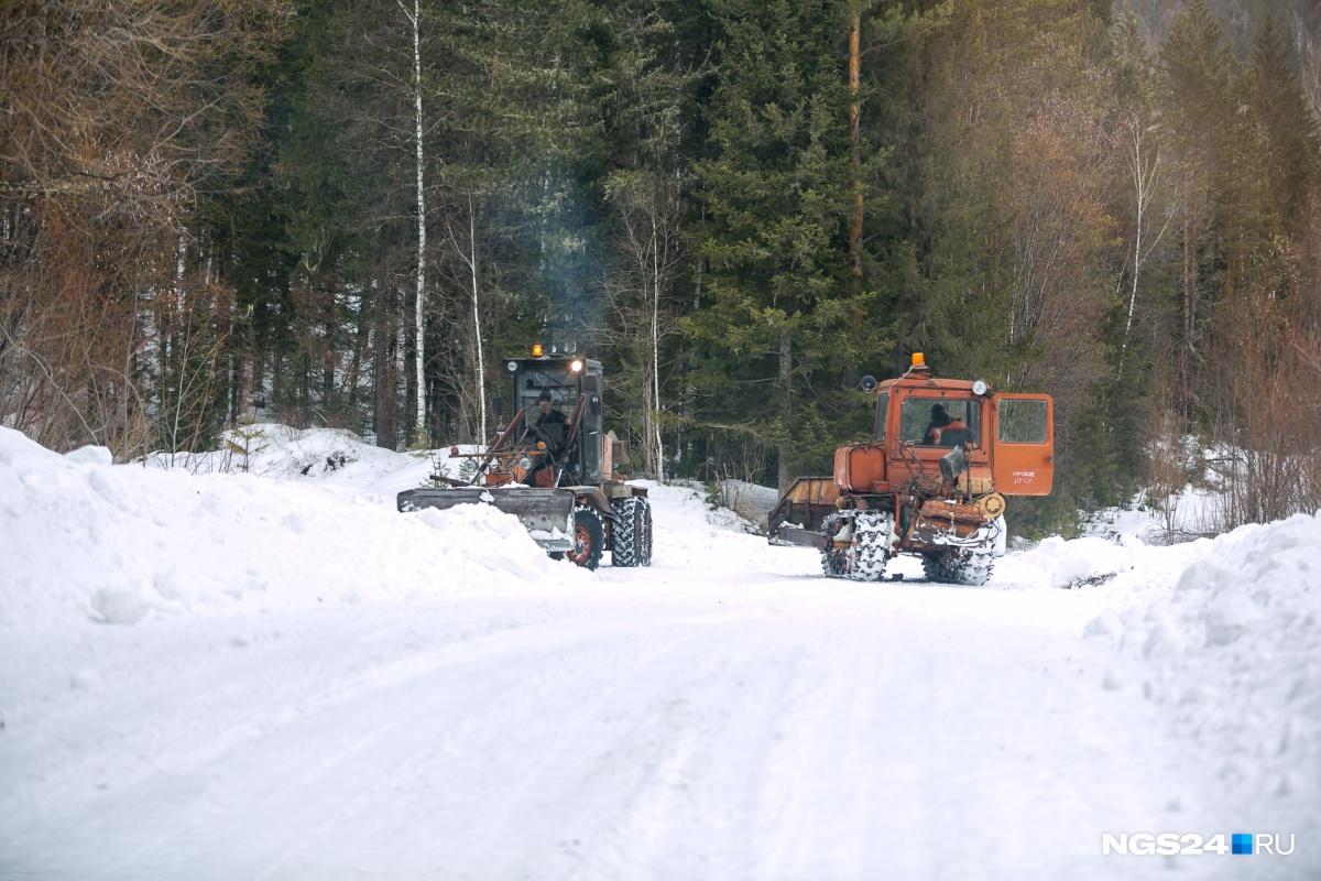 Грейдеры расчищают дорогу: 2 дня по ней не могли увезти детей в школу