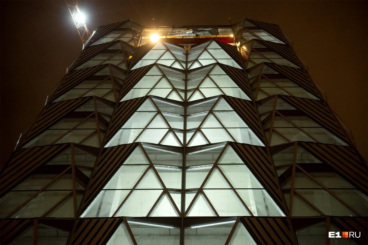 В городе появился «светящийся ананас»: как выглядит по ночам будущая штаб-квартира РМК на набережной