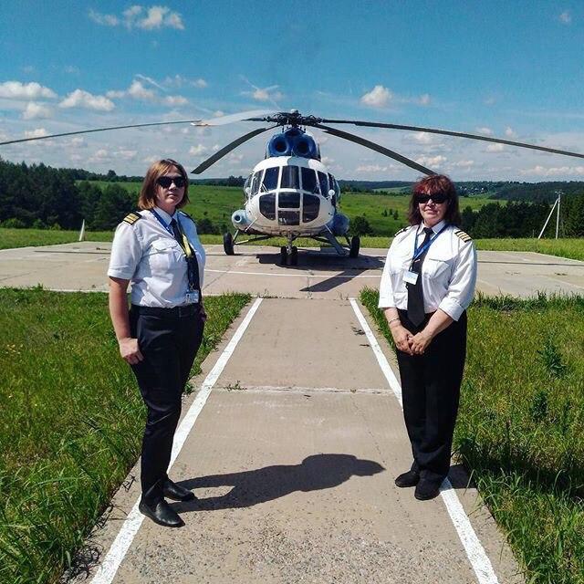 Татьяна и её командир на фоне вертолёта «Ми-8»