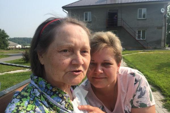 Алина Бакаева (справа) намерена разобраться, почему её мама при надзоре сотрудников психоневрологического интерната оказалась в крайне тяжёлом состоянии