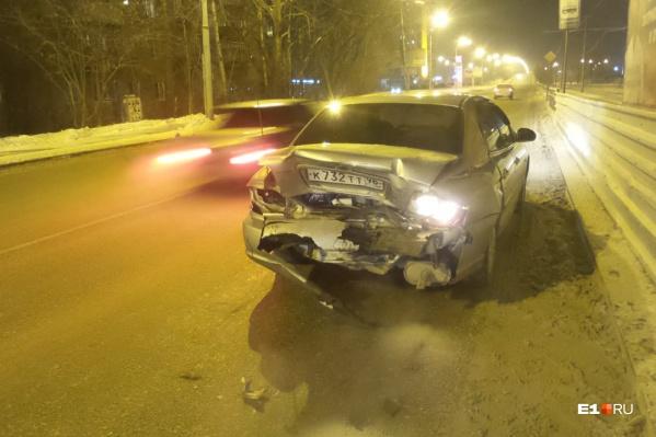 Нетрезвый водитель разбил свою машину и еще три