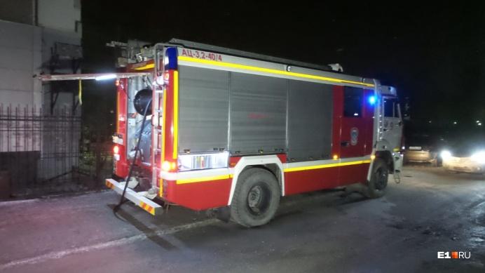 Загорелся склад: на Эльмаше произошел пожар в промышленной зоне