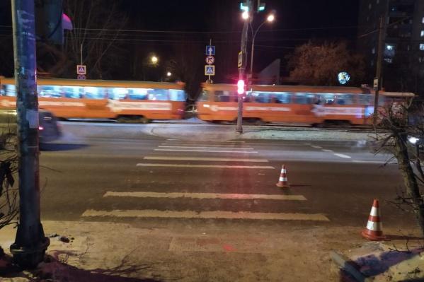Мальчик торопился на трамвай