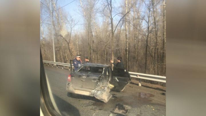 На оживлённой дороге в Уфе «Лада-Гранта» столкнулась с «Одой»