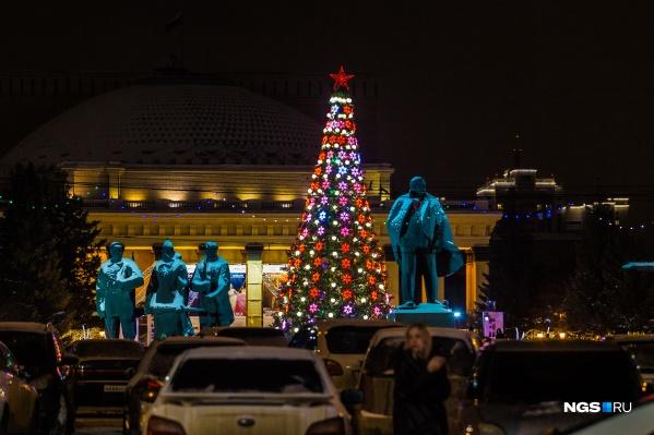 Главную городскую елку впервые поставили перед Оперным