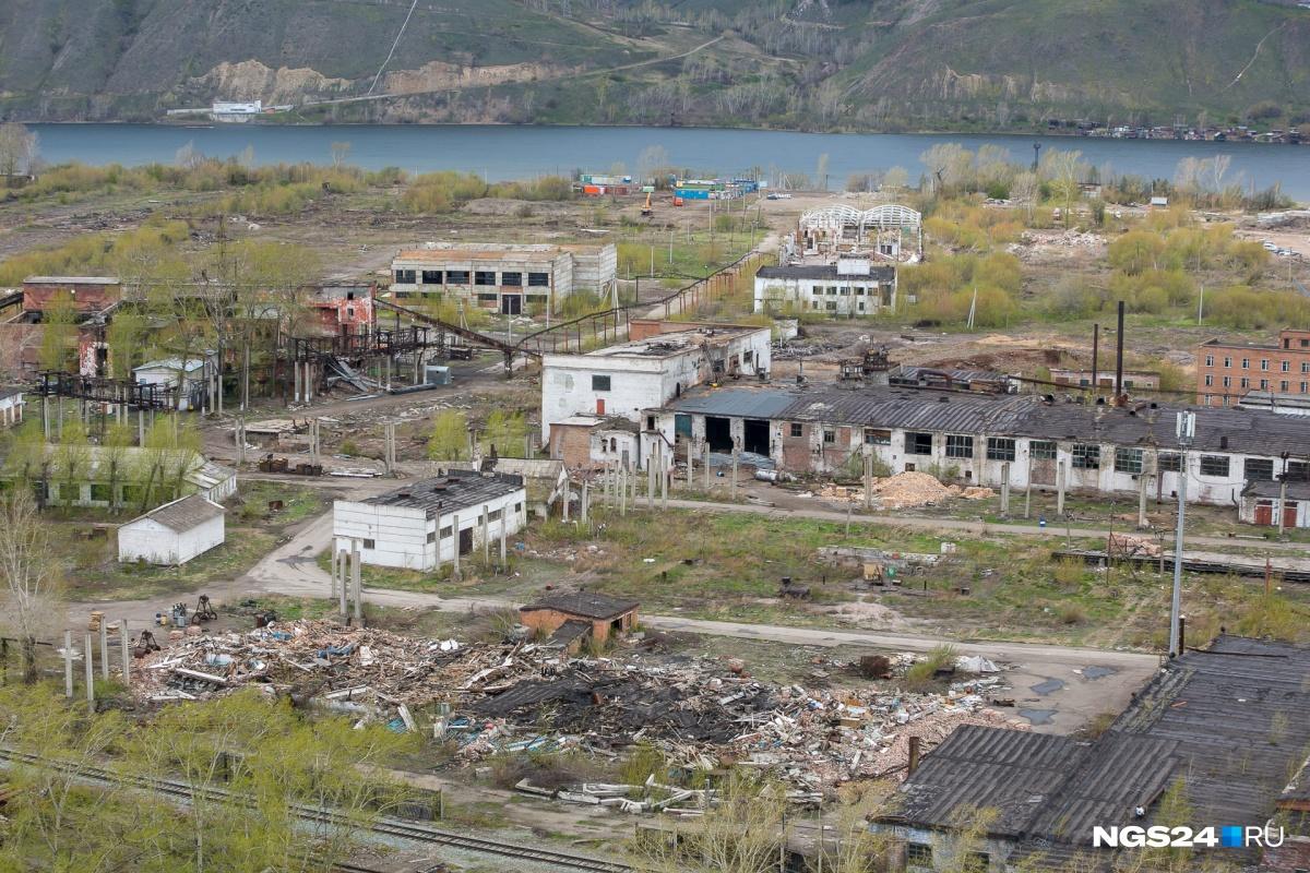 Бывшие цеха деревообрабатывающего комбината. Ветхие дома и склады потихоньку сносят от «Арены Платинум»