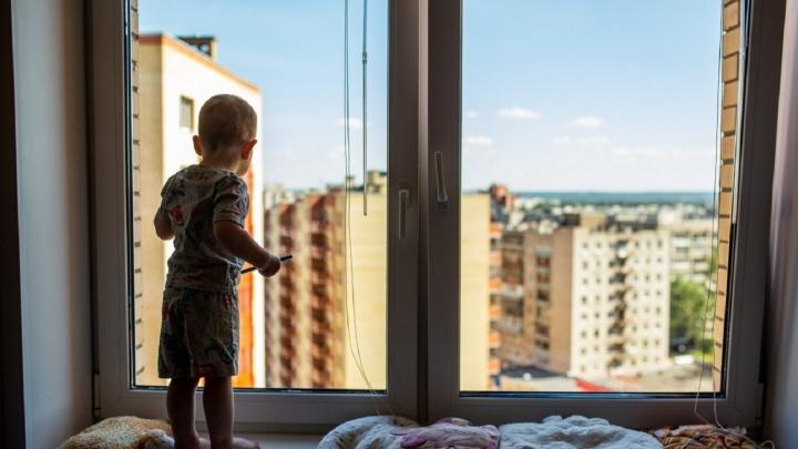 В Береговом двухлетний ребенок выпал из окна