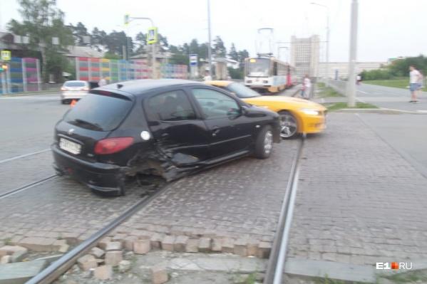Peugeot после столкновения замер на рельсах