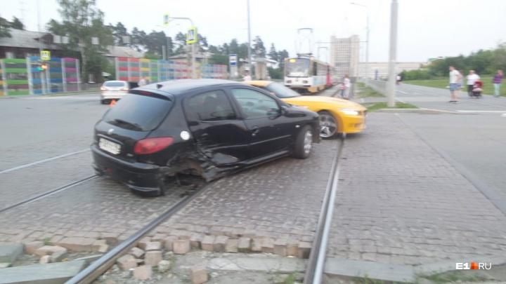 На ВИЗе Peugeot с оторванным колесом парализовал движение трамваев