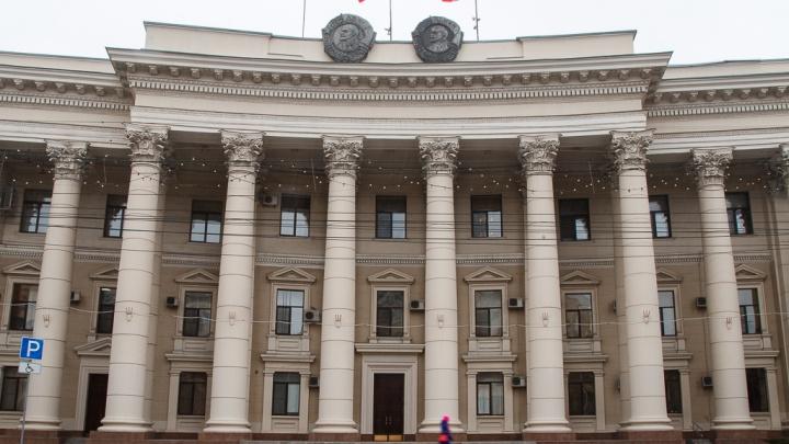 Волгоградской областной думе понадобилось 90 метров красной ковровой дорожки