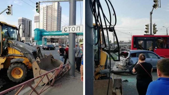 В Ярославле экскаватор столкнулся с автомобилем и проломил забор