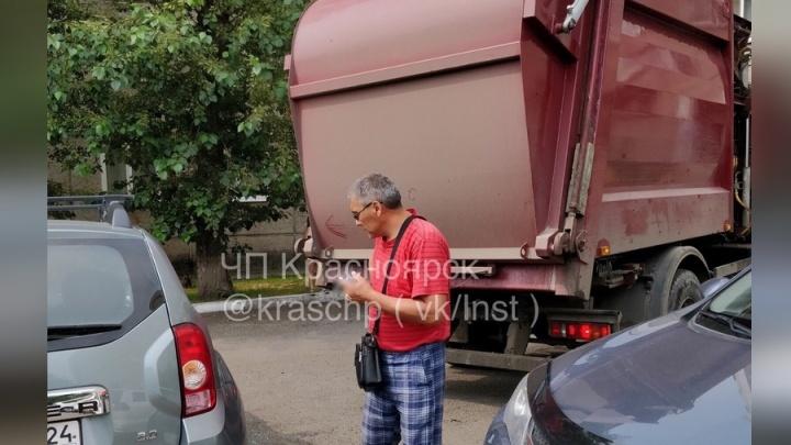 Мусоровоз пытался развернуться в узком дворе и разбил припаркованное авто