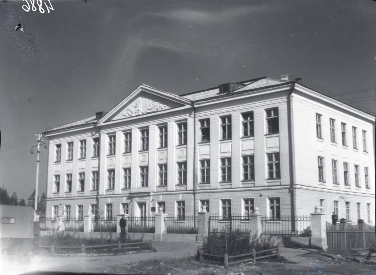 1956 год, средняя образовательная школа по проспекту Седова —незадолго до сдачи в эксплуатацию