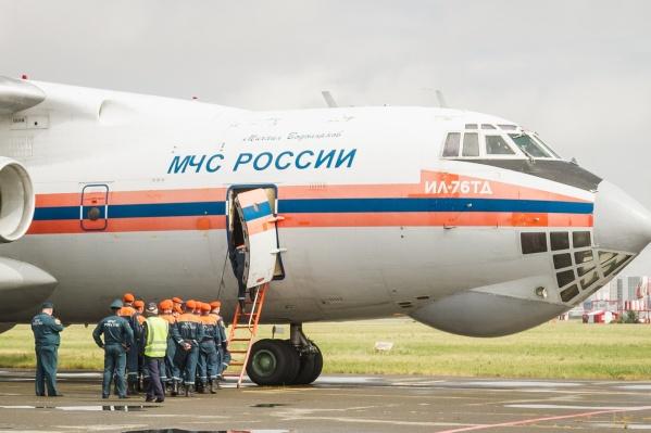 С коллегами из Омской области в Красноярский край уже прибыли спасатели из Хакасии и Кемерово