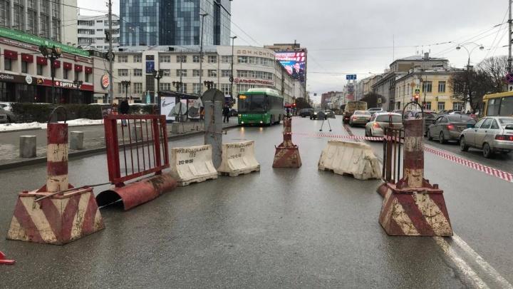 Улицу Малышева лучше объезжать: у «Рубина» закрыли две полосы из-за ремонта