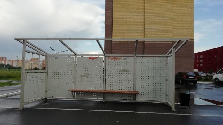 Крыша, слетевшая в непогоду с остановки на Бориса Житкова, повредила три машины