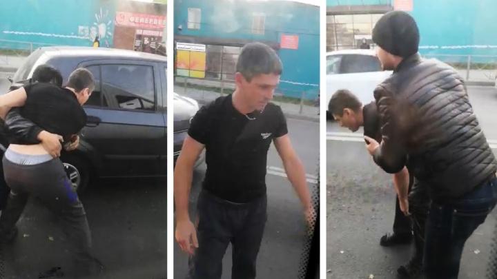 Бой посреди дороги: водители двух маршрутов подрались на глазах у пассажиров и попали на видео