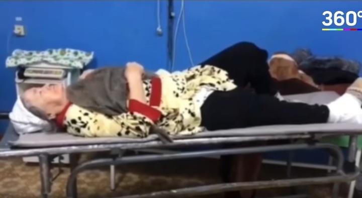 Вместо гипса: в Башкирии пенсионерке привязали к сломанной ноге швабру