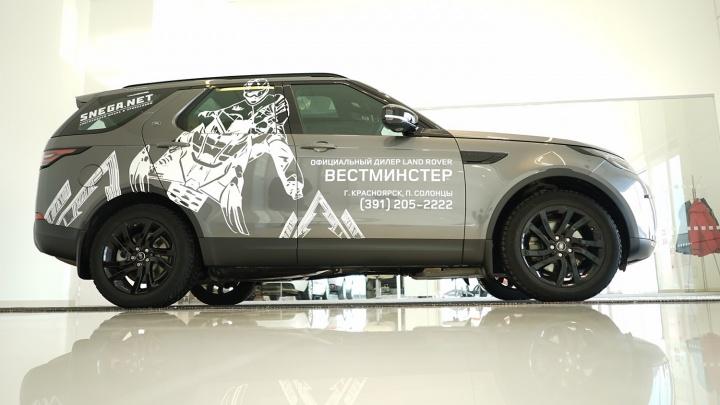 Амбассадору компании Land Rover вручили ключи от Discovery 5 для испытаний