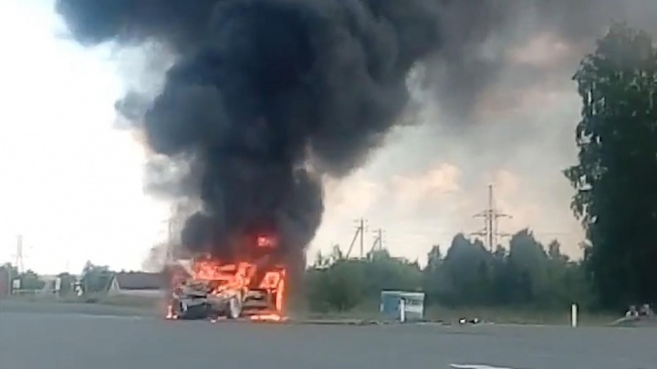 Скорые увезли троих человек: в ДТП под Челябинском сгорела дотла «Лада Калина»