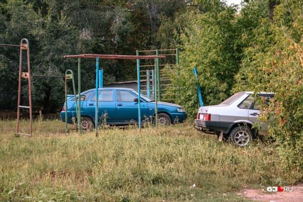 Самарским автомобилистам не хватает мест для парковки, поэтому они делают выбор в пользу газонов<br><br>