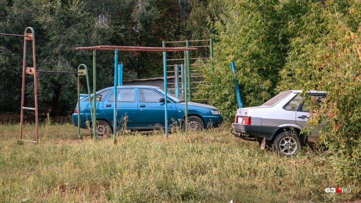 «Права не имеют»: Верховный суд отменил штрафы за парковку на газонах в Самаре