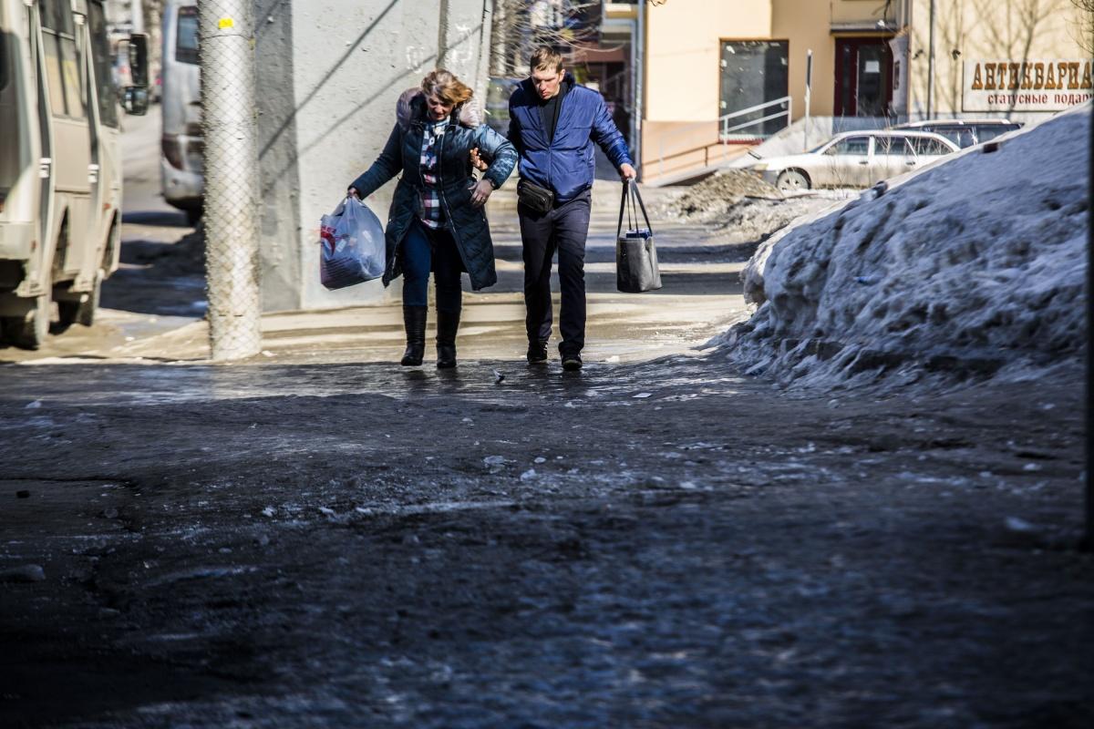 Жители города сегодня потратили в несколько раз больше времени, чтобы просто дойти до работы. Ходить по льду лучше маленькими медленными шагами