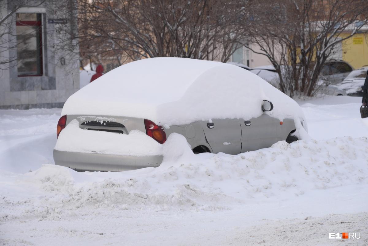 Машинам, простоявшим на парковке больше суток, выбраться из снежного плена будет непросто