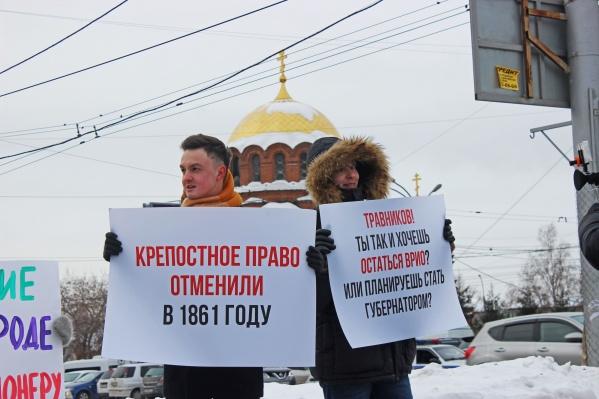 В день приезда президента Путина общественники вышли с плакатами против платного моста и мусорной концессии