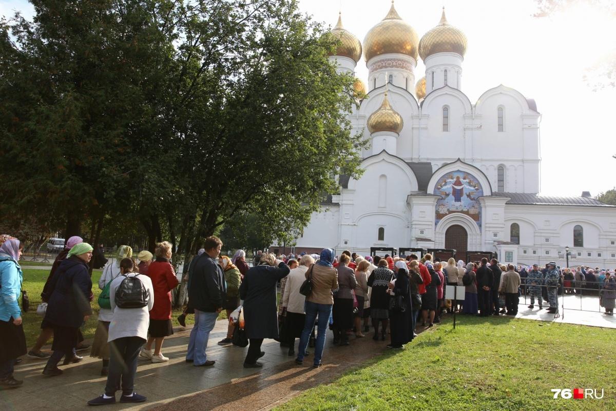 Больше 60 тысяч паломников посетили мощи Спиридона Тримифунтского, которые привезли в Екатеринбург на несколько дней. Святыня находилась в Храме-на-Крови