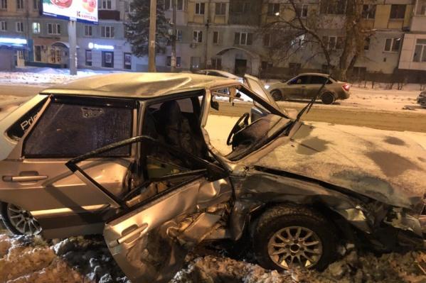 Автомобиль получил сильные механические повреждения