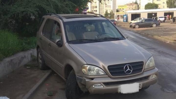 Пьяный омич угнал машину и сбил женщину на левобережье