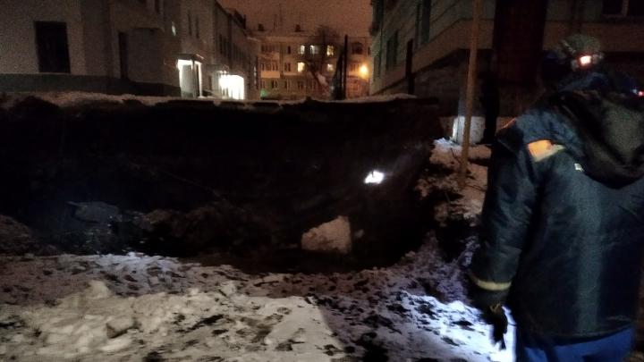 «Котлован залило кипятком»: в центре Самары прорвало трубу с горячей водой