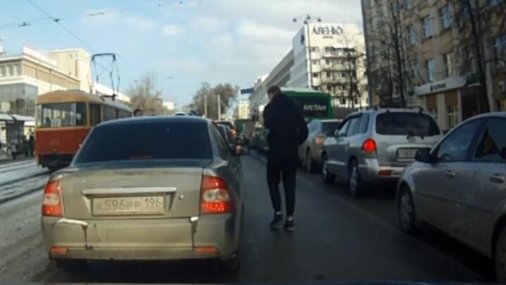 По стопам Игоря Новоселова: в пробке в центре Екатеринбурга студент устроил стрельбу из пистолета