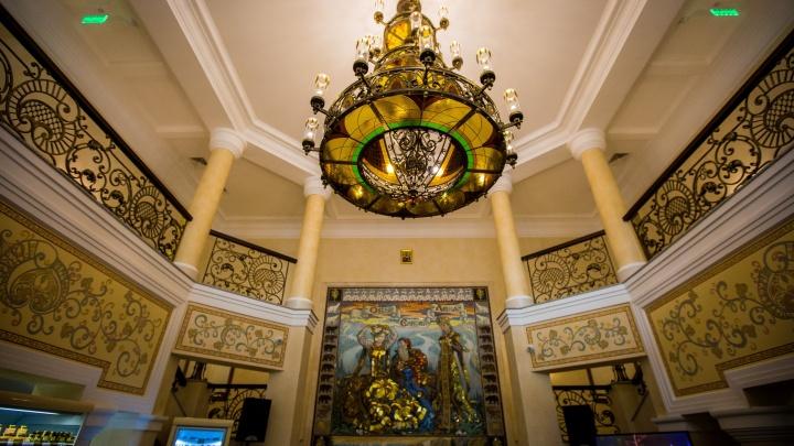 «У нас любят попариться»: в новую баню в центре Новосибирска приехали депутаты Госдумы и каскадёр