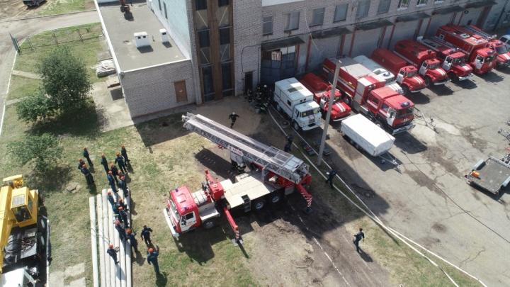 В Волгограде пожарные спасли людей из полыхающей высотки