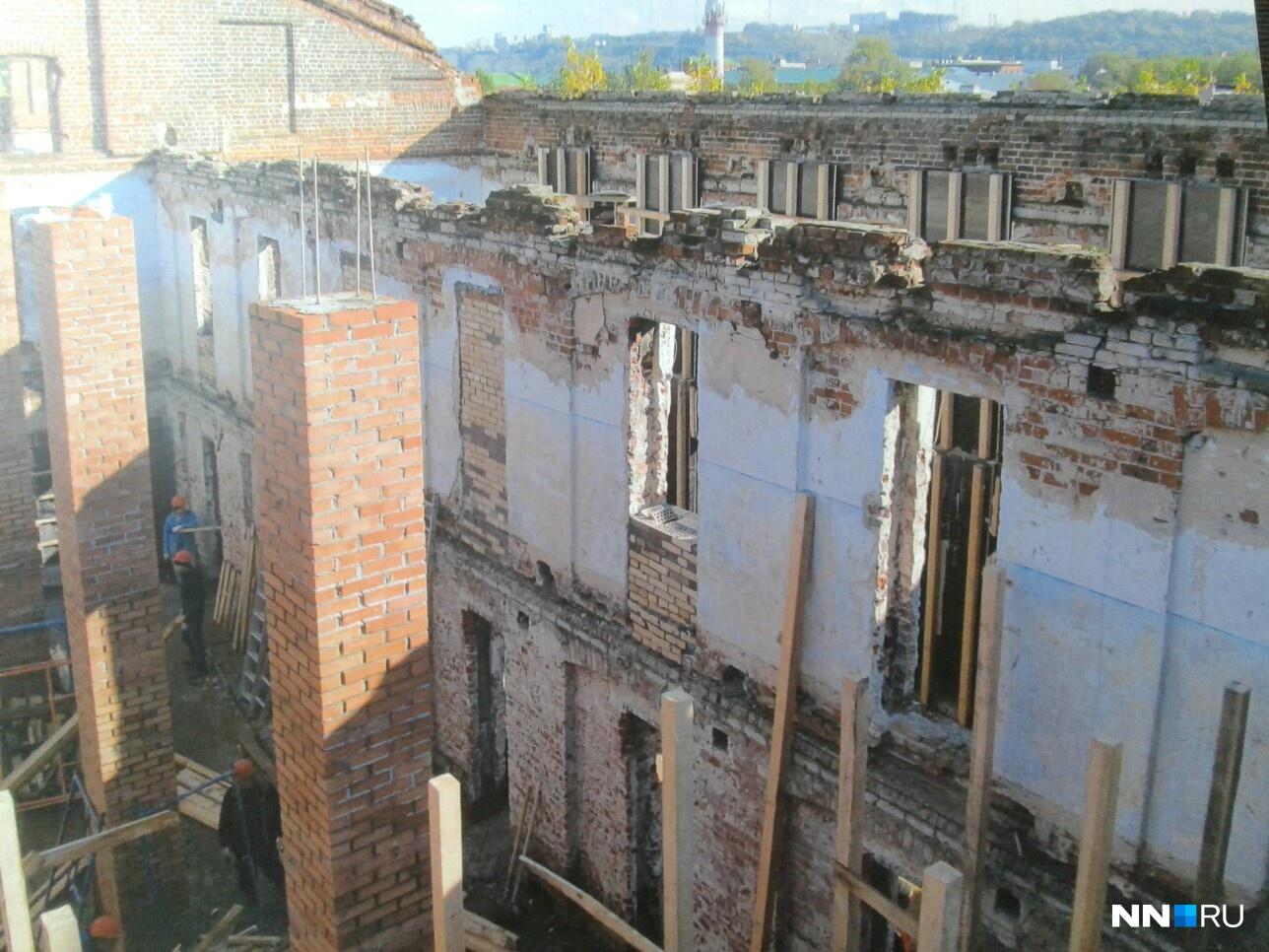 От здания оставались только стены.