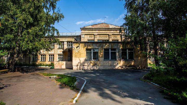 В опасной новосибирской школе с потрескавшимися стенами поставили маячки
