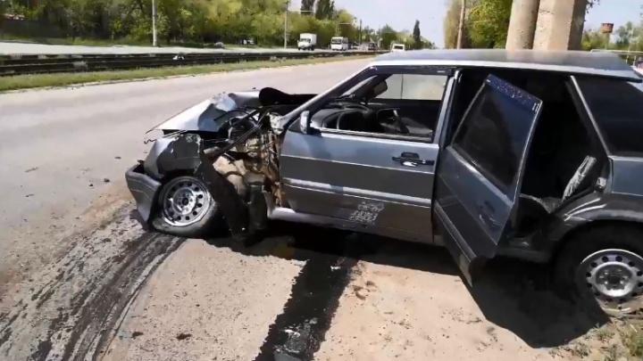 «Машина разбита в хлам»: волгоградец на скорости врезался в столб, выжил и убежал