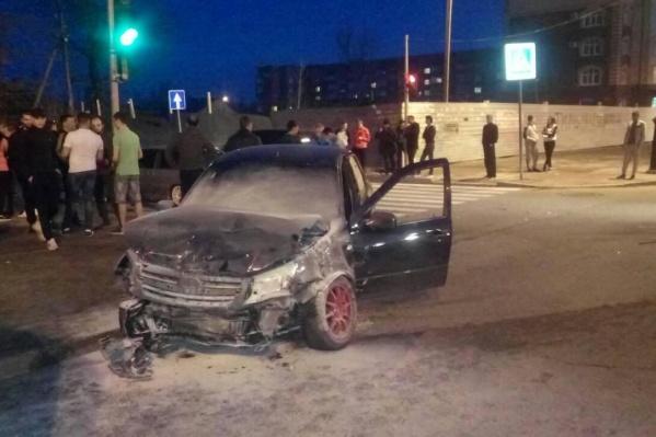 Автомобилист, устроивший аварию, хотел проскочить перекресток на красный свет. Машина, в которую он врезался, от удара перевернулась