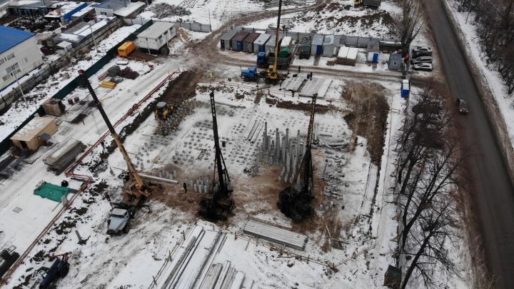 «Мы не строим»: несмотря на судебный запрет, на Дамбовской возводят многоэтажку