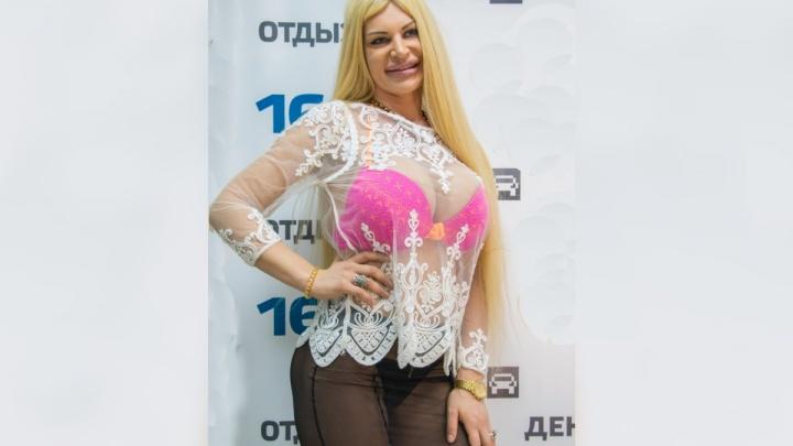 Тазик вместо джакузи: секс-бомба Элина Ромасенко призналась, что живет в доме с голыми стенами