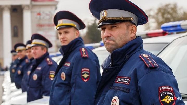 Забирают всех: с площади в центре Волгограда эвакуируют припаркованные автомобили